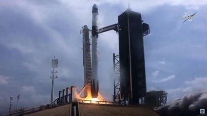Tras la cuenta regresiva, el cohete Falcon9 de SpaceX despega desde la plataforma 39a del Centro Espacial Kennedy, en Cabo Cañaveral, Florida, la misma que utilizó Neil Armstrong y sus compañeros para ser lanzados a la Luna en 1969 (NASA)