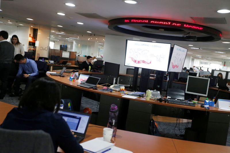 IMAGEN DE ARCHIVO. Operadores trabajan en el piso de la Bolsa de Valores de Colombia, en Bogotá, Enero 29, 2019. REUTERS/Luisa Gonzalez