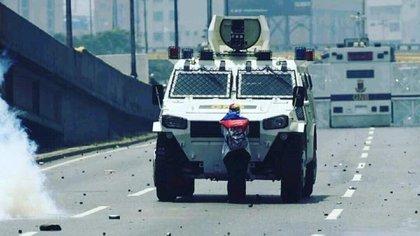 """Una de las tanquetas VN-4 """"rinoceronte"""" de la GNB en acción, durante una marcha contra el régimen de Maduro"""