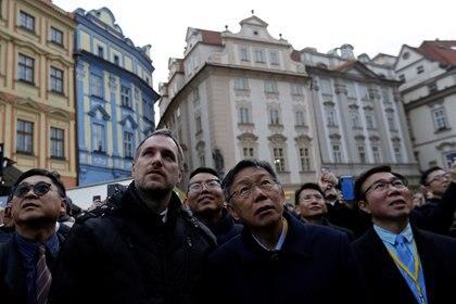 El alcalde de Praga Zdenek Hrib y el alcalde de la ciudad de Taipei Ko Wen-je llegan al Ayuntamiento de la Ciudad Vieja de Praga para firmar un acuerdo de asociación entre las dos ciudades en Praga, el 13 de enero de 2020 (REUTERS/David W Cerny)