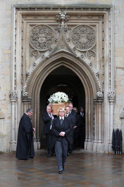 Familiares, amigos y compañeros de trabajo despidieron a Stephen Hawking en una ceremonia íntima en la iglesia de St. Marys en Cambrigde