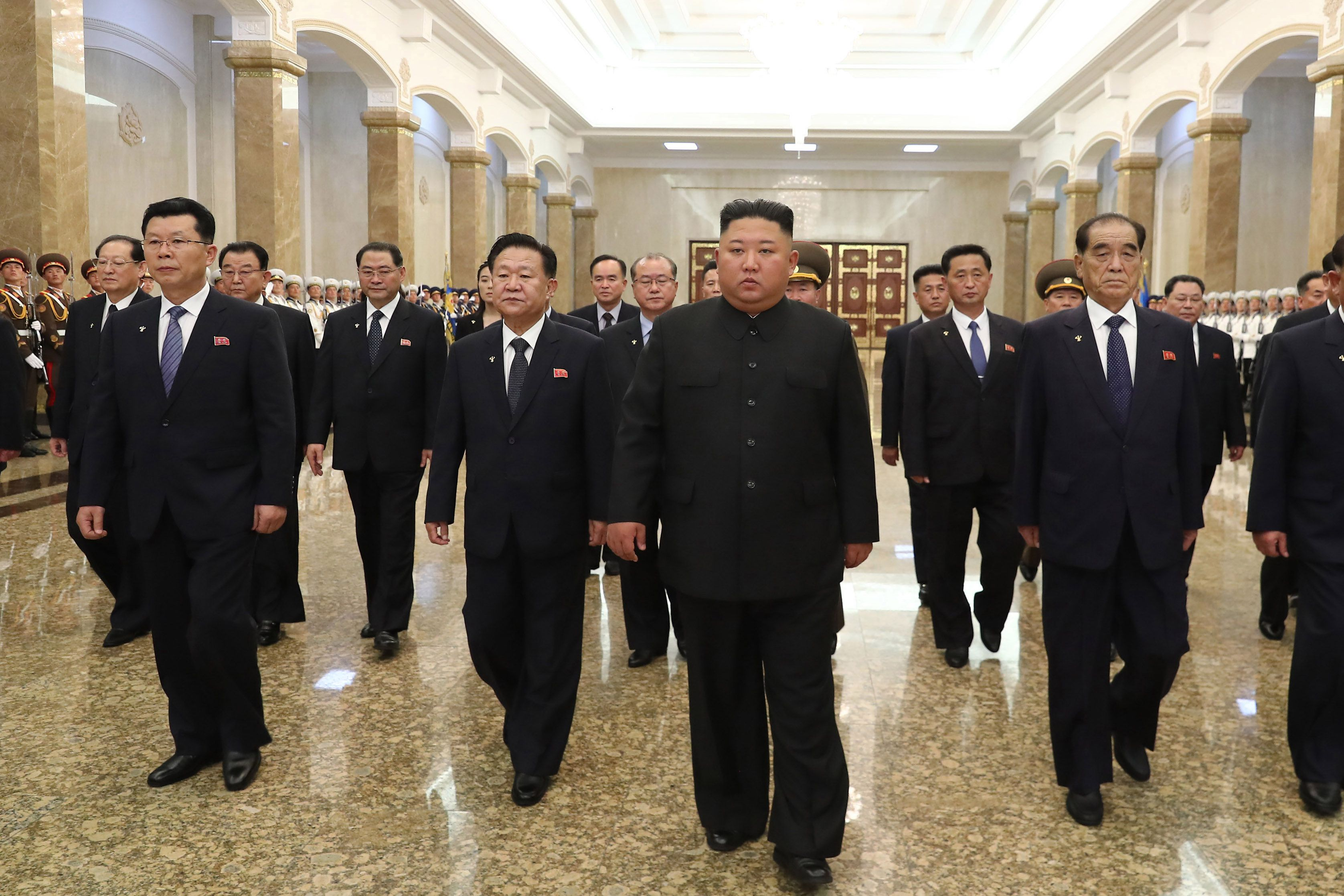 07/07/2020 07 July 2020, North Korea, Pyongyang: North Korean leader Kim Jong-un (C) visits the Kumsusan Palace of the Sun in Pyongyang to pay tribute to his grandfather and North Korea's founder, Kim Il-sung, on the occasion of the 26th anniversary of the former leader's death. Photo: -/YNA/dpa POLITICA INTERNACIONAL -/YNA/dpa