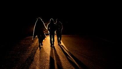 Caminan día y noche en busca de un futuro mejor (MARTIN BERNETTI / AFP)