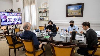 Kicillof, en un zoom de 2020 con intendentes bonaerenses, junto a su jefe de Gabinete y su ministro y su secretario de Salud. Son los que màs empujan medidas restrictivas     Foto: Mariano Sandá