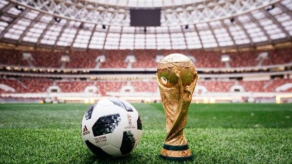 El balón oficial para la Copa del Mundo FIFA Rusia 2018 junto al trofeo del campeonato en el estadio Luzhniki de Moscú (Rusia) (Foto: EFE)