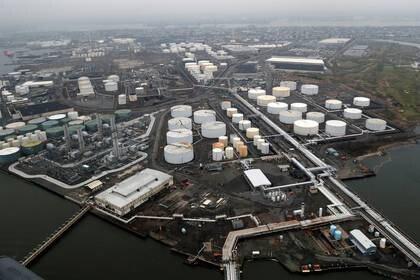 Vista general de los tanques de crudo y la Bayway Refinery de Phillips 66 en Linden, Nueva Jersey, EEUU. 30 marzo 2020. REUTERS/Mike Segar