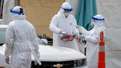 Alomía explicó que se han reportado 1,934 trabajadores de la salud contagiados con COVID-19, lo que representa el 15% del total de casos en el país (Foto: EFE/EPA/TANNEN MAURY/Archivo)