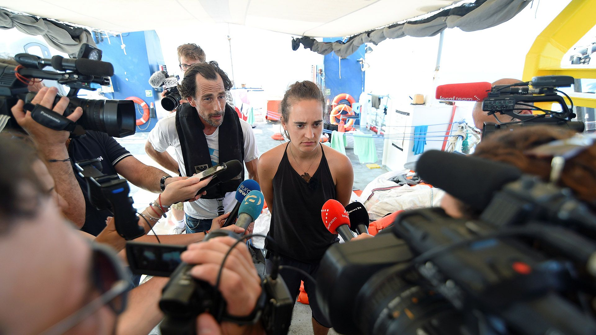 Carola Rackete, capitana del barco de rescate Sea-Watch 3, habla a los medios de comunicación cuandola embarcaciónpermanecía bloqueada a una milla del puerto de Lampedusa, Italia, el 27 de junio de 2019 (REUTERS/Guglielmo Mangiapane)