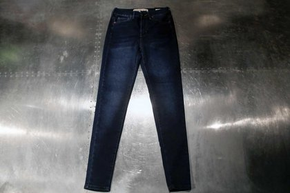 Skinny jean de lavado oscuro a $990