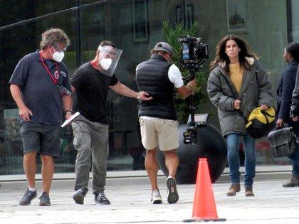 Sandra Bullock retomó las filmación de su próxima película -producida por Netflix- en Vancouver, Canadá. El rodaje había sido parado por la pandemia del coronavirus y, una vez que se aprobaron los protocolos, lograron reanudarlo. Tal como se ve en la imagen de backstage, todo el equipo técnico usa tapaboca y máscaras protectoras