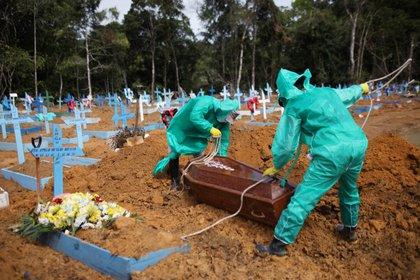 """La OMS advirtió que la pandemia de coronavirus sigue """"acelerándose (REUTERS/Bruno Kelly)"""