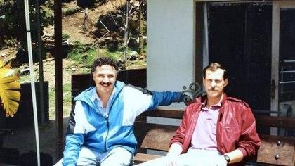 Agentes de la DEA Javier Peña y Steve Murphy en una fotografía tomada en Medellín, a quienes se les atribuye el diálogo que encabeza esta nota