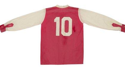 Una de las camisetas del Diego en los Cebollitas, con el 10 en la espalda, siempre.