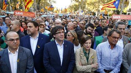 Carles Puigdemont en una marcha en Barcelona junto a funcionarios y colaboradores (AP)