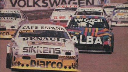"""A bordo del Renault Fuego liderando un pelotón del TC 2000 en Mendoza, en 1989. Detrás aparece el multicolor VW Gacel de """"Yoyo"""" Maldonado"""