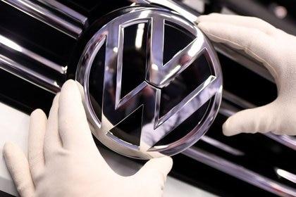 Foto de archivo del logo de Volkswagen en una línea de producción de la empresa en su planta de Wolfsburgo, en Alemania.  Mar 1, 2019. REUTERS/Fabian Bimmer
