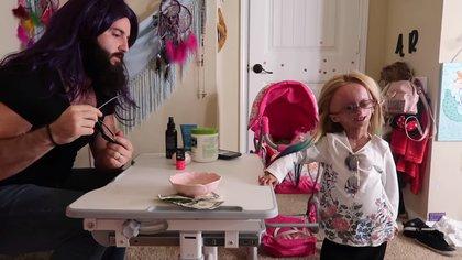 La pequeña juega con su padrastro, que le hace la manicura (Foto: Youtube @AdaliaRose)