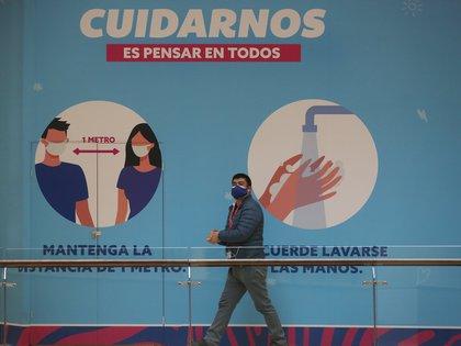 La pandemia del coronavirus sigue retrocediendo en la zona central de Chile, especialmente en la capital donde se ha retomado cierta normalidad, aunque aún preocupan algunas zonas del norte y sur, que permanecen con restricciones de movimiento. EFE/Elvis González/Archivo