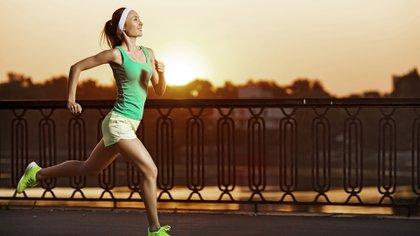La actividad física regular permite mejorar el tono muscular y la masa ósea (Shutterstock)