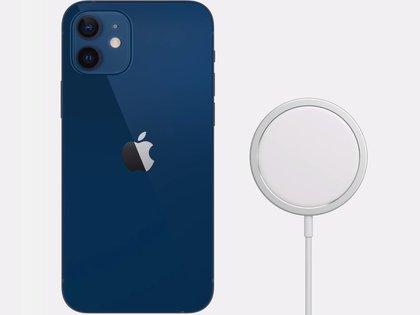 Foto de archivo: un IPhone 12 y un cargador con MagSafe (APPLE)