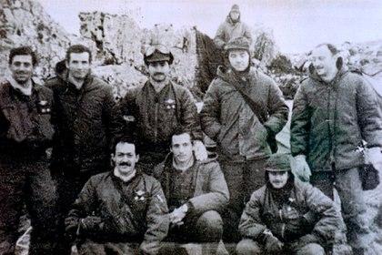 La última foto que se tomó la dotación. Al extremo derecho está Buschiazzo parado y agachado, Fiorito. El que falta es Di Motta que en esos momentos estaba poniendo a punto el helicóptero.