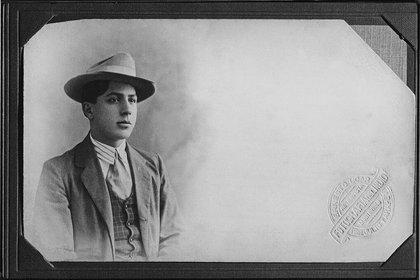 El joven Carlos Gardel en 1906, en su primer viaje documentado a Montevideo.