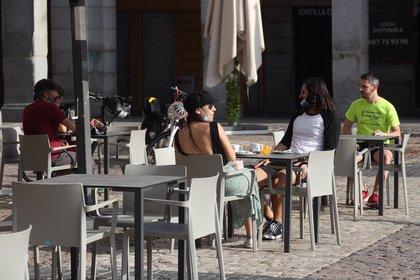 Varias personas disfrutan de la terraza de un bar de la Plaza Mayor en Madrid este lunes (EFE/Kiko Huesca)