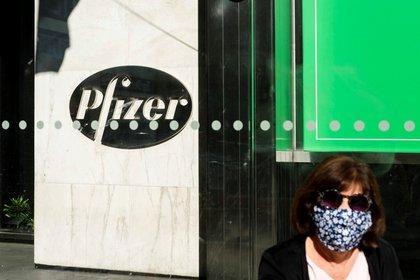 Una persona camina frente a la sede de Pfizer en Nueva York (EFE/Justin Lane/Archivo)