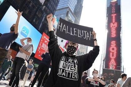 Celebraciones de la victoria de Joe Biden en Times Square, en Nueva York. REUTERS/Carlo Allegri