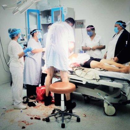 Médico se levanta de camilla para atender a marino herido en Tabasco