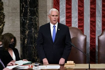 El vicepresidente de los Estados Unidos Mike Pence durante una sesión conjunta del Congreso, en el Capitolio de Washington, EEUU, el 7 de enero de 2021 (J. Scott Applewhite/ Pool vía Reuters)