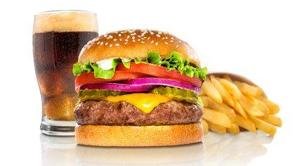 """""""El problema es que la gran industria de alimentos y bebidas nos robó azúcar, la sal, la grasa y los convirtió en un problema al aumentar exageradamente su proporción frente a lo que necesitamos para una buena salud"""", advirtió el periodista (Shutterstock)"""
