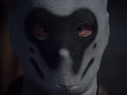 Los hombres enmascarados son el rostro del supremacismo blanco en la serie (Foto: Captura de pantalla)