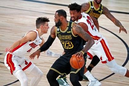 LeBron James busca llevar a la victoria a Los Angeles Lakers ante los Miami Heat (Foto: Reuters)