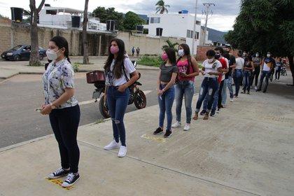 Estudiantes venezolanos hacen fila hoy para ingresar al Megacolegio Institución Educativa La Frontera, en Cúcuta (Colombia). EFE/ Mario Caicedo