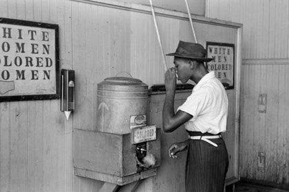 Además de 250 años de esclavitud, los afroamericanos sufrieron 90 años de segregación pública y legal, sin mencionar el racismo perdurable. (Library of Congress)