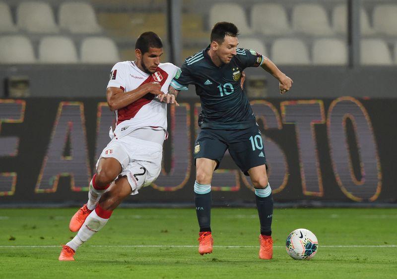 Lionel Messi en acción ante Luis Abram en el choque entre Peru y Argentina en Lima por la eliminatoria sudamericana al Mundial 2022 (Ernesto Benavides/Pool via REUTERS).