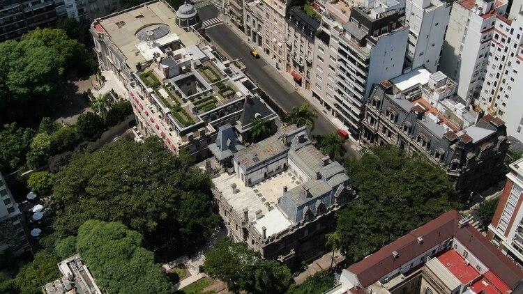 El Palacio Fernández Anchorena se encuentra ubicado en la deslumbrante Avenida Alvear, y comparte medianera con el Palacio Duhau. Vista aérea desde el drone de Infobae (Thomas Khazki)