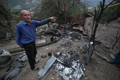 Un hombre se encuentra en una casa, que según los lugareños resultó dañada durante un reciente bombardeo de las fuerzas azeríes, en la ciudad de Hadrut, en la región separatista de Nagorno-Karabaj. Vahram Baghdasaryan/Photolure via REUTERS