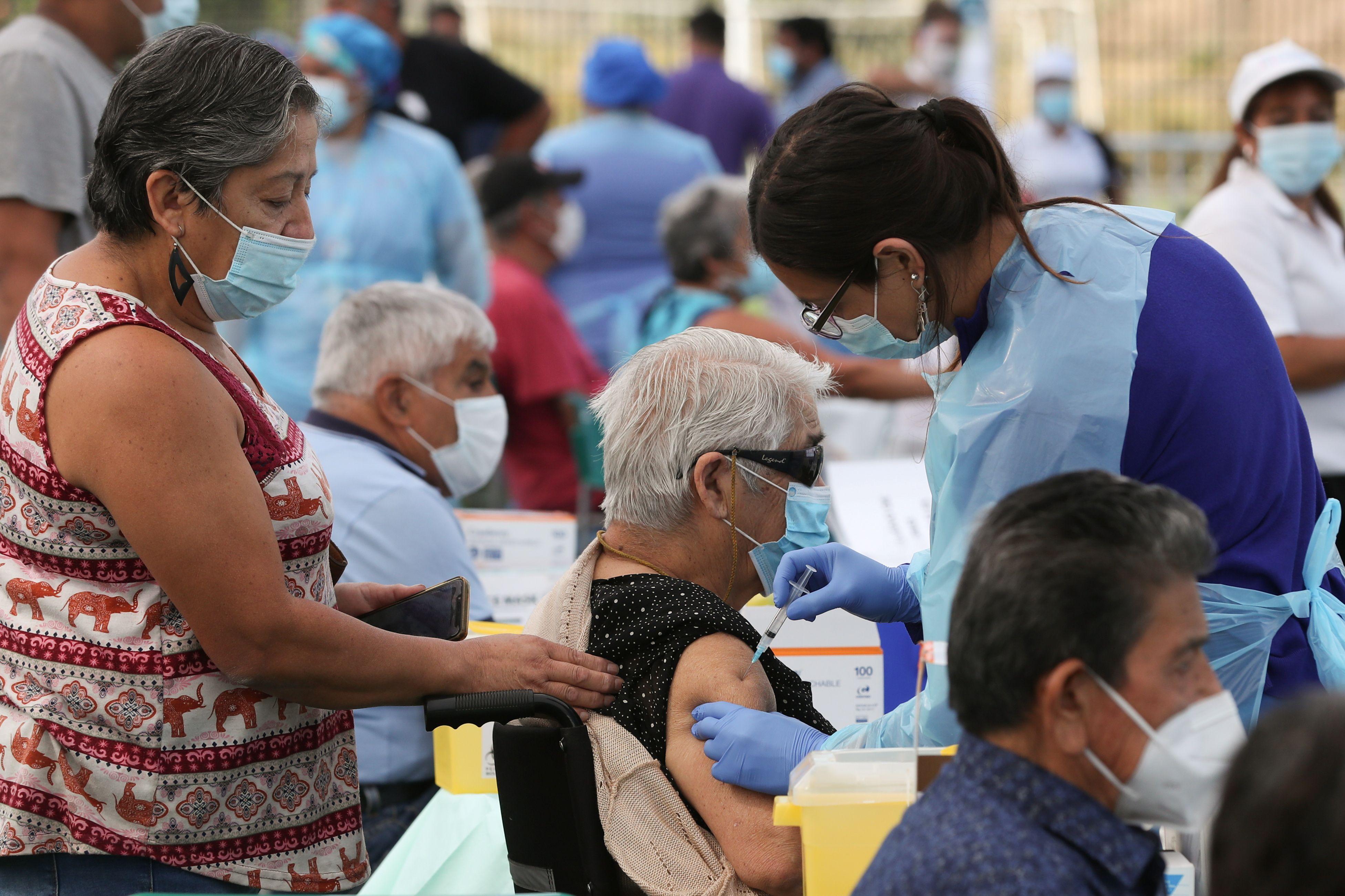 La inoculación es gratuita y voluntaria (REUTERS/Iván Alvarado)