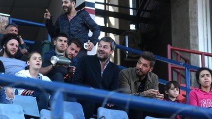 Lammens, junto a Tinelli, observando un partido del equipo de fútbol femenino. Ambos aspiran a continuar vinculados al club (Foto: Nicolás Stulberg)