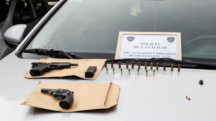 Se secuestró una pistola Browning 9mm y un revólver calibre 32 con municiones