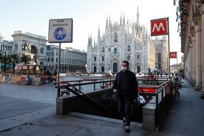 Un hombre con barbijo en Milán (Reuters)