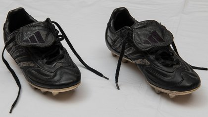 Los botines Adidas que él mismo pintó de negro cuando no se puso de acuerdo con la marca de las tres tiras