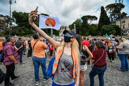 """Una """"chaleco naranaja"""" durante la manifestación en Piazza del Popolo en Roma. (Vincenzo PINTO / AFP)"""