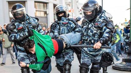 Miles de personas fueron detenidas por la policía de Vladimir Putin durante manifestaciones contra la exclusión de algunos candidatos a concejales de las elecciones en Moscú, en una de las mayores protestas políticas de la capital rusa en años. Así arrestaron a un hombre el sábado 10 de agosto de 2019 (Evgeny Feldman, Meduza via AP)