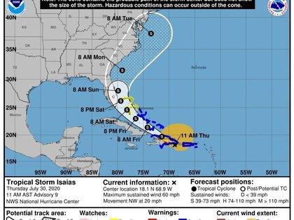 Fotografía cedida por el Centro Nacional de Huracanes (NHC) de Estados Unidos donde se muestra el pronóstico de cinco días del paso de la tormenta tropical Isaías por el Caribe hasta su llegada a EE.UU. EFE/NOAA-NHC