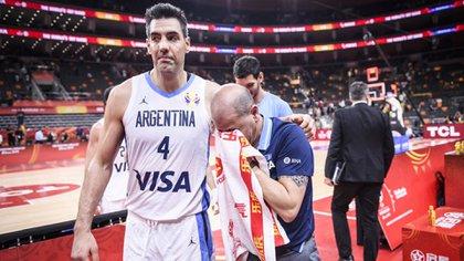 Scola abraza al director técnico emocionado tras pasar a semifinales (Crédito FIBA)