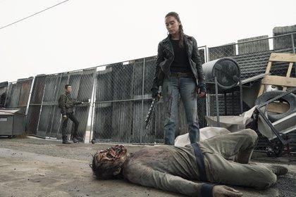 """Alicia y Althea luchando contra los zombies en elprimer episodio de la quinta temporada de """"Fear the Walking Dead"""" (Foto: Ryan Green/AMC)"""