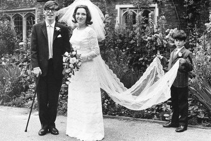 A los 19 años, Hawking sintió los primeros síntomas de su mal. No sabía lo que era. No lo supo hasta dos años después, cuando el diagnóstico dijo ELA y él estaba ya en pareja con Jane Wilde. Se casaron el 14 de Julio de 1965 (Grosby Group)
